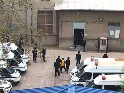 山东聊城:辱母案涉黑团伙15人涉九宗罪受审(图)