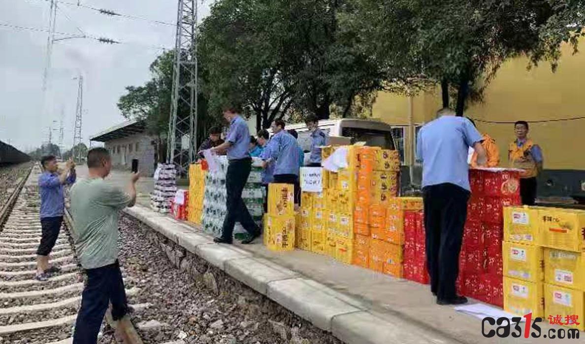 郑州铁路部门全力疏散多趟因特大暴雨临停列车滞留旅客